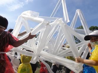 子供が傘袋を膨らませて工作した写真