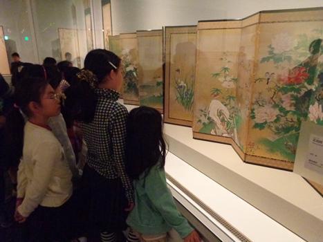 子供が展示室の屏風を見ている写真