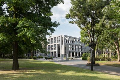 北浦和公園内に建つ美術館の遠景写真